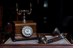 Staromodny drewniany telefon z handset beside Obrazy Royalty Free