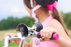 Staromodny róg z chrom tubową i czarną gumową żarówką w górę wspinający się na dziecko rowerze Mała dziewczynka w a zdjęcie stock