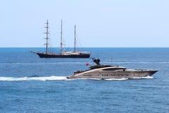 Staromodny trójmasztowiec i nowożytny luksusowy jacht Fotografia Stock