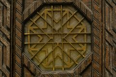 Staromodny zakończenie w górę rocznika wchodzić do drzwi z symetrycznym ornamentem zdjęcia royalty free