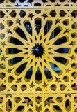 Staromodny zakończenie w górę rocznika wchodzić do drzwi z symetrycznym ornamentem fotografia royalty free