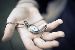 Staromodny zegarek w kobiety ręce Zdjęcie Stock