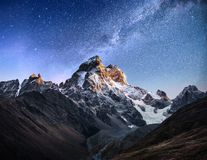 starry fantastisk sky Höstlandskap och snö-korkade maxima Huvudsaklig Caucasian kant Mountain View från monteringen Ushba Meyer Royaltyfri Fotografi