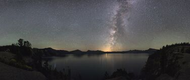 Starry night sky over Crater Lake Royalty Free Stock Photography