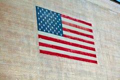 Stars as listras da American National Standard pintadas em uma parede velha do adôbe Fotos de Stock