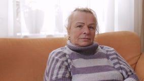 Starsi atrakcyjni kobiet spojrzenia przy kamerą zbiory wideo