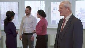 Starsi biznesmenów stojaki przy biurem zbiory wideo