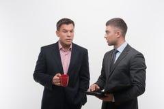 Starsi i młodzieżowi ludzie biznesu dyskutują zdjęcia stock