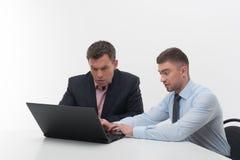 Starsi i młodzieżowi ludzie biznesu dyskutują obraz stock