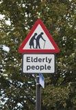 Starsi ludzi drogowi podpisują wewnątrz Londyn Zdjęcia Stock