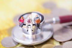 Starsi ludzi siedzi na stetoskopie Emerytura planowanie zdjęcia stock