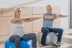 starsi ludzie ćwiczy na sprawności fizycznej piłce obrazy royalty free
