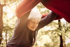 Starsi ludzie ćwiczy wpólnie w łąkowych mienie rękach obraz stock