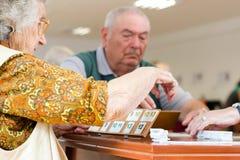 Starsi ludzie bawić się rummy obrazy stock