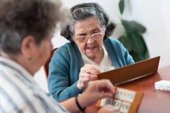 Starsi ludzie bawić się rummy zdjęcie stock