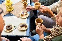 Starsi ludzie Cieszy się Herbacianego czas zdjęcia stock