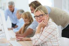 Starsi ludzie przy biznesowym szkoleniem z instruktorem Zdjęcie Royalty Free