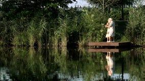 Starsi ludzie tanczy na natury tle zbiory wideo