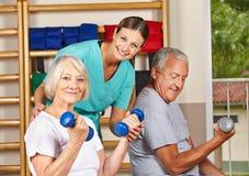 Starsi ludzie w gym ćwiczyć Obraz Stock