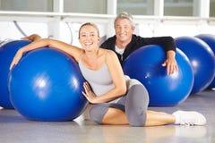 Starsi ludzie w gym z ćwiczeniem Zdjęcie Royalty Free