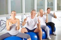 Starsi ludzie w sprawności fizycznej centrum Zdjęcia Royalty Free