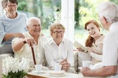 Starsi ludzie wydają czas wpólnie fotografia royalty free