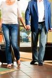 Starsza para małżeńska przyjeżdża przy hotelem Zdjęcie Stock
