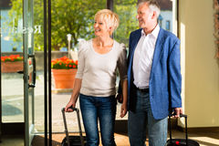 Starsza para małżeńska przyjeżdża przy hotelem Obrazy Stock