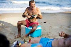 Starsi przyjaciele wiszący na plaży out obrazy stock