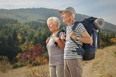 Starsi wycieczkowicze patrzeje oddalony outdoors Obraz Stock