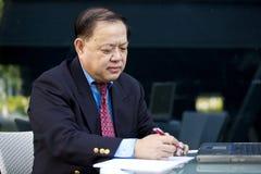 Starsza Azjatycka biznesmena writing propozycja Obraz Stock