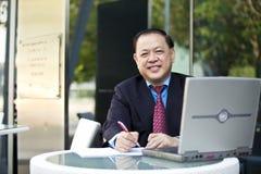 Starsza Azjatycka biznesmena writing propozycja Fotografia Royalty Free