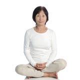 Starsza azjatykcia kobieta robi medytaci w buddhism praktyce obrazy royalty free