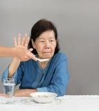 Starsza azjatykcia kobieta zanudzająca z jedzeniem obraz royalty free