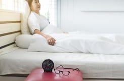 Starsza azjatykcia kobiety depresja uczucie i migrenę deprymować w sypialni zdjęcie stock