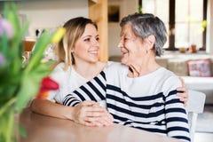 Starsza babcia z dorosłą wnuczką w domu obrazy stock