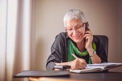 Starsza biznesowa kobieta bierze w dół rozkazy Fotografia Stock