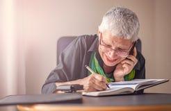 Starsza biznesowa kobieta bierze w dół rozkazy Zdjęcia Stock