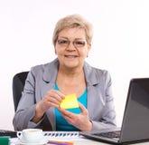 Starsza biznesowa kobieta pracuje przy jej biurkiem w biurze, biznesowy pojęcie zdjęcia royalty free