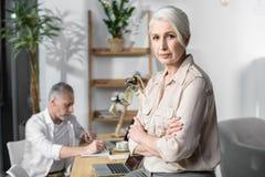Starsza biznesowa kobieta przy biurem Zdjęcie Stock