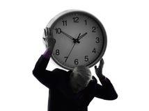 Starsza biznesowego mężczyzna mienia czasu zegaru sylwetka Fotografia Stock