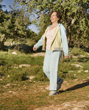 starsza chodząca kobieta Fotografia Stock