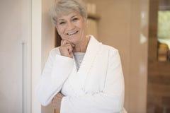 Starsza dama po prysznic obrazy royalty free