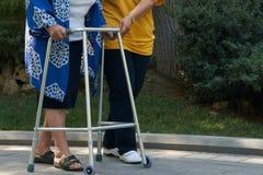 Starsza fizyczna terapia opiekunem w szpitalnym podwórko, w górę fotografia royalty free