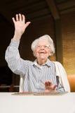 Starsza kobieta bawić się bingo obraz royalty free