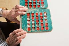Starsza kobieta bawić się bingo zdjęcie stock
