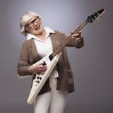Starsza kobieta bawić się gitarę elektryczną Zdjęcia Royalty Free