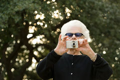 Starsza kobieta bierze fotografię Zdjęcie Stock