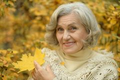 starsza kobieta chodząca Obraz Stock