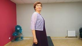 Starsza kobieta chodzi pas startowego w smokingowym narządzaniu lokalny pokaz mody zbiory wideo